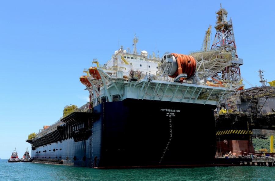 Petrobras - Fatos e Dados - Casco da P-66 chega a Angra